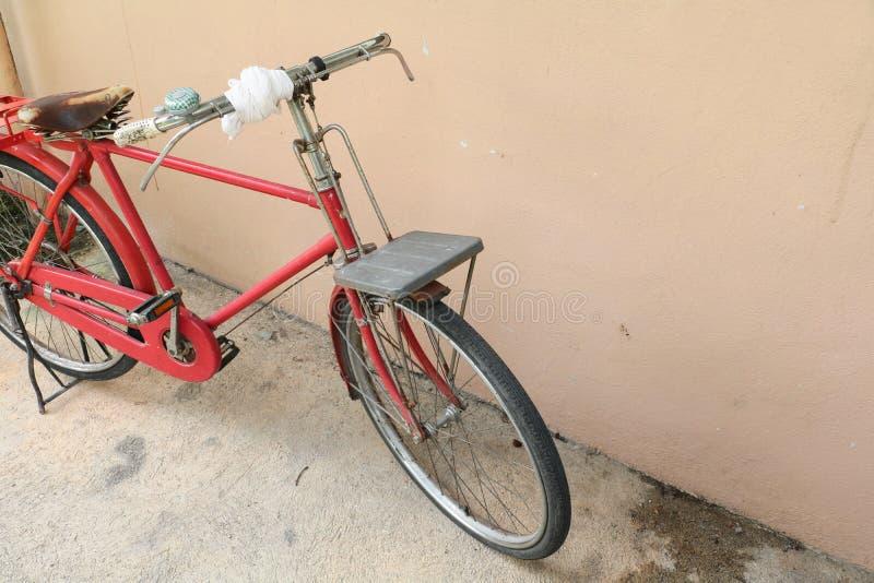 Cykla röd klassisk tappning i gamla med kopieringsutrymme för tillfogar text arkivfoto