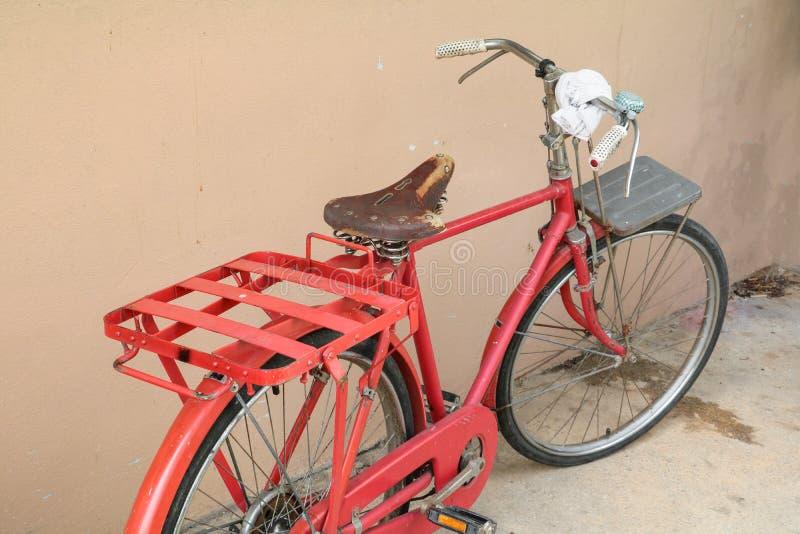 Cykla röd klassisk tappning i gamla med kopieringsutrymme för tillfogar text royaltyfri foto