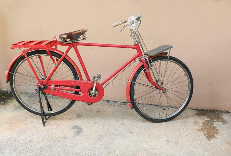 Cykla röd klassisk tappning i gamla med kopieringsutrymme för tillfogar text royaltyfri bild