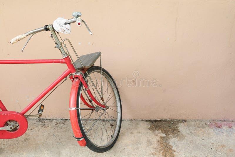 Cykla röd klassisk tappning i gamla med kopieringsutrymme för tillfogar text royaltyfria bilder