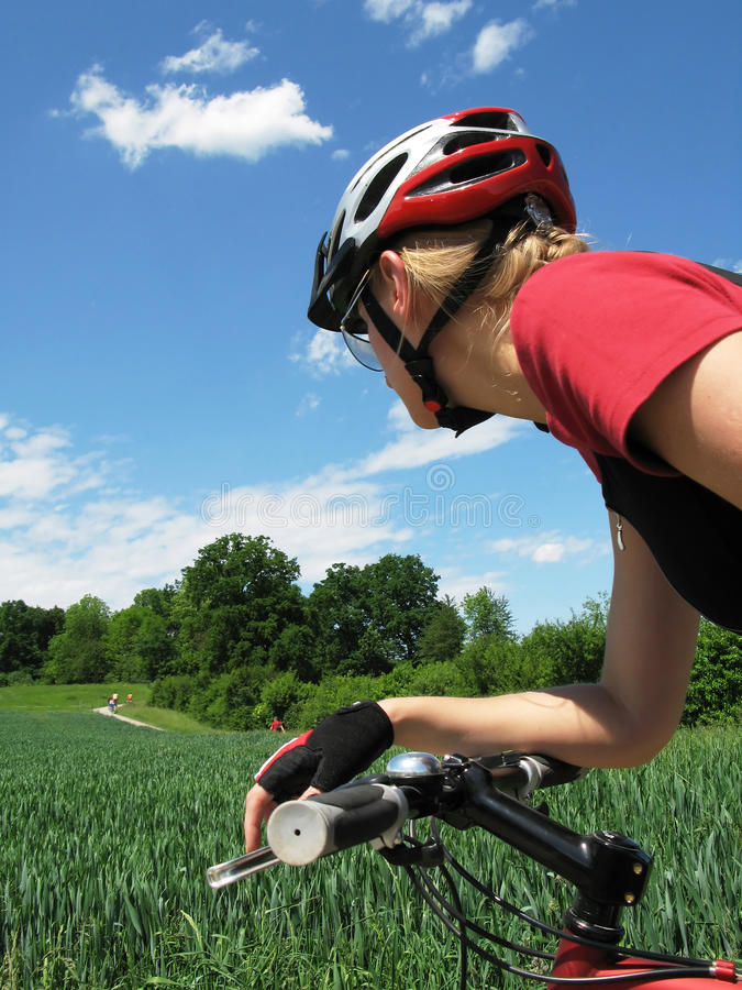 cykla ridningkvinnabarn arkivfoto