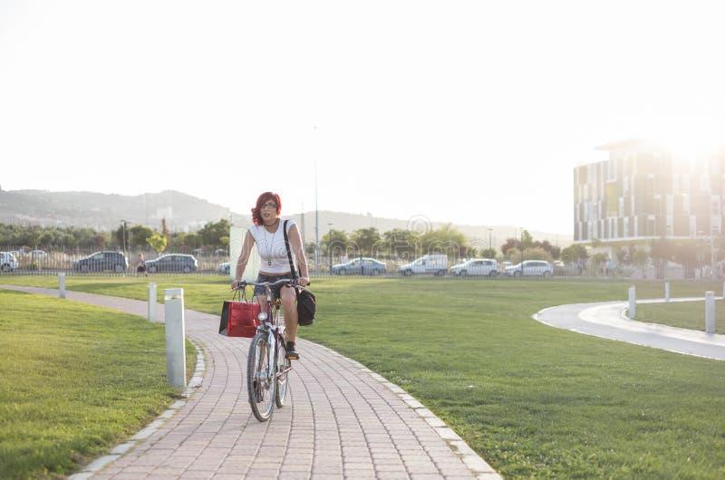 Cykla staden och parkera royaltyfri bild