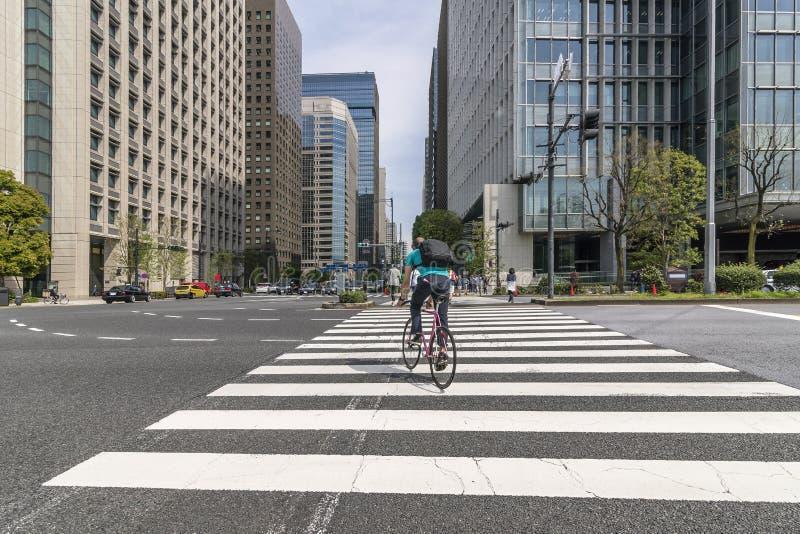 Cykla till och med den Uchibori Dori gatan, Chiyoda område, i i stadens centrum Tokyo, Japan fotografering för bildbyråer