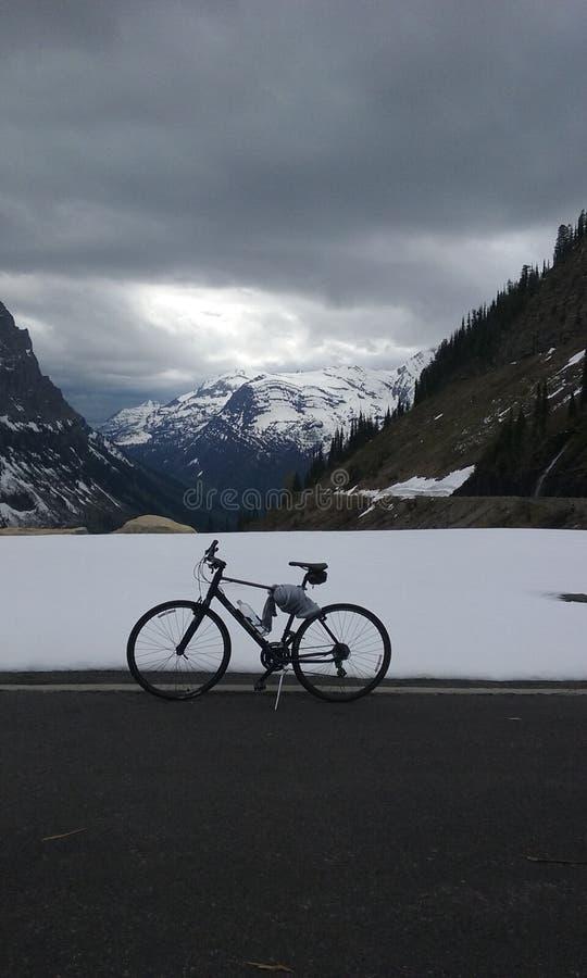 Cykla till solen arkivbild