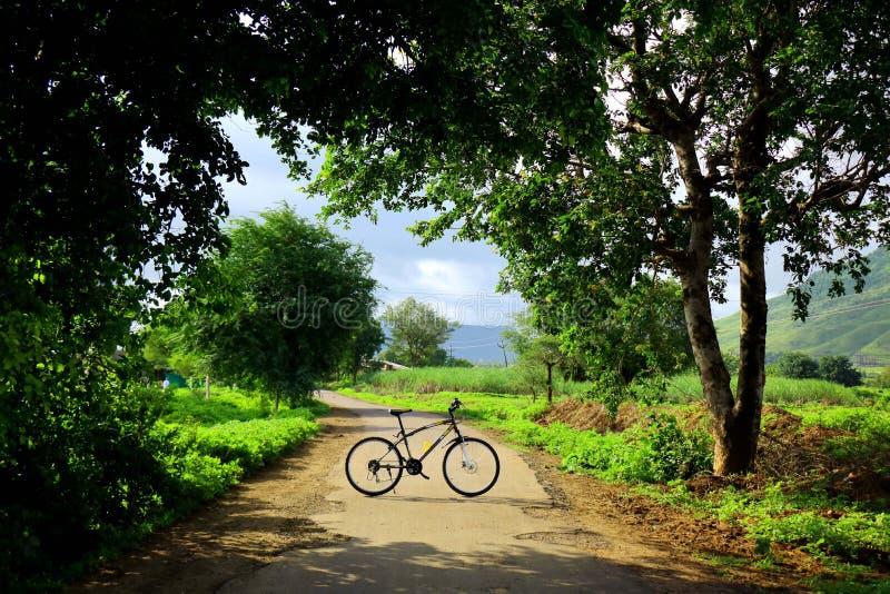 Cykla utanför staden arkivbild
