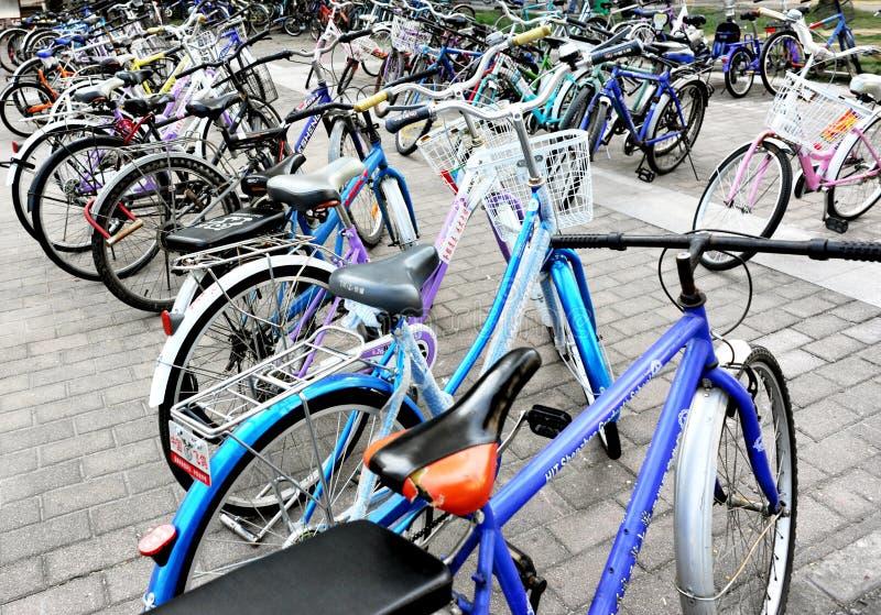 cyklar arkivparkering arkivbilder