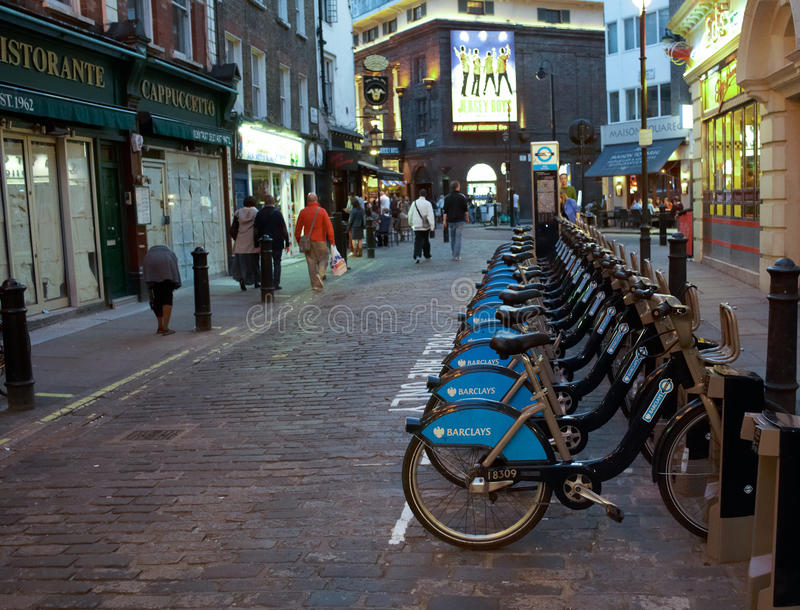 Cyklar för hyra som parkeras på gatan fotografering för bildbyråer