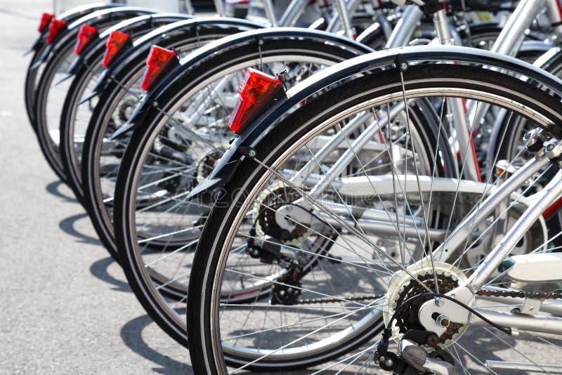 Cyklar för hyra står i rad arkivbild