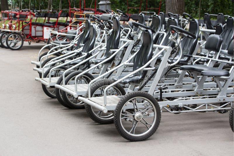 Cyklar för svart pedal för hyrastål Parkerade uthyrnings- turist- trikemedelvelomobiles Ekologisk stads- transport royaltyfri foto