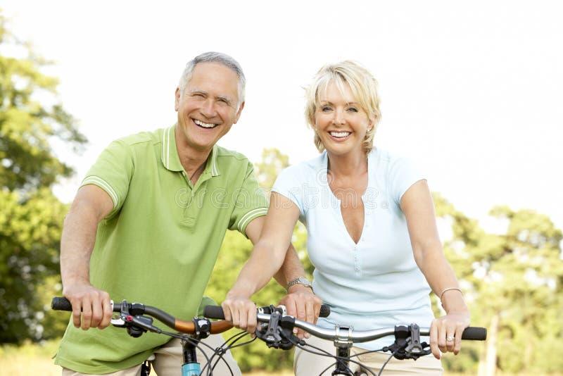 cyklar förbunde mogen ridning royaltyfri fotografi