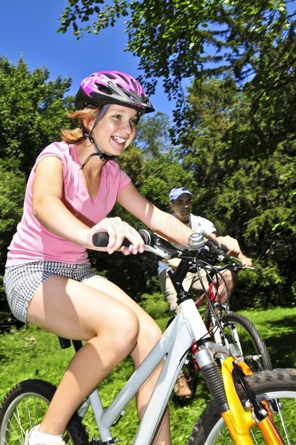cyklar familjridning royaltyfria bilder