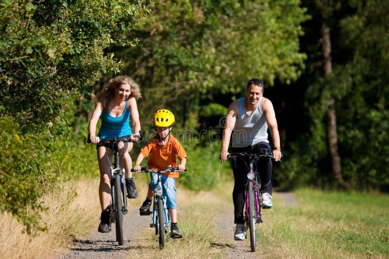 cyklar familjridningsporten arkivfoton