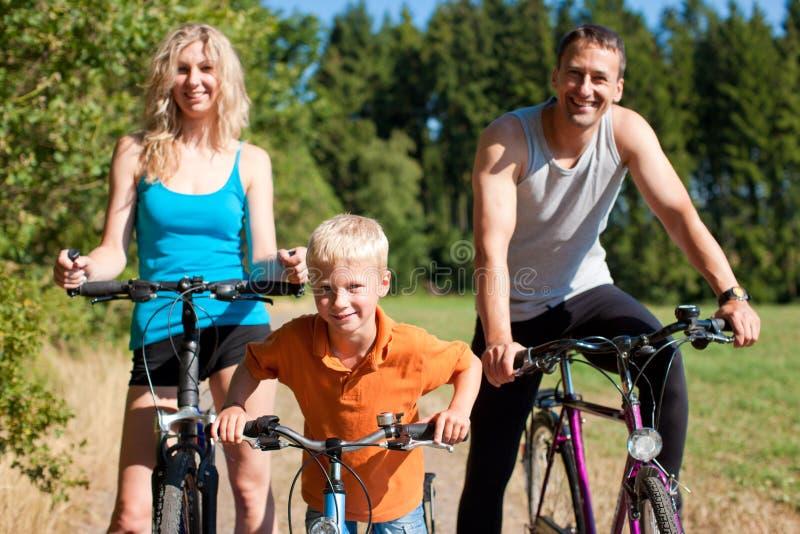 cyklar familjridningsporten royaltyfria foton