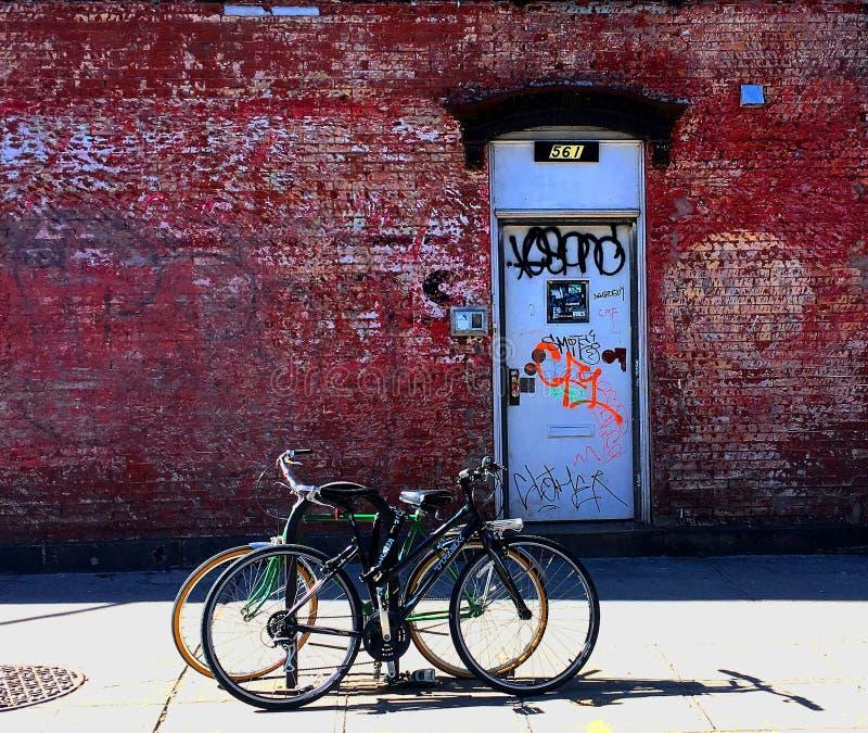 Cyklar in från av en NYC-byggnad royaltyfria foton
