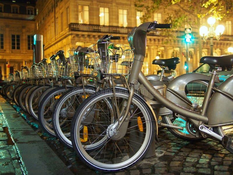 Cyklar i Paris royaltyfria foton