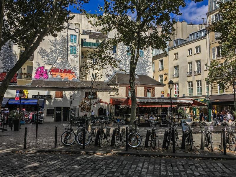 Cyklar och grafitti längs boulevardSaint Michel royaltyfria bilder