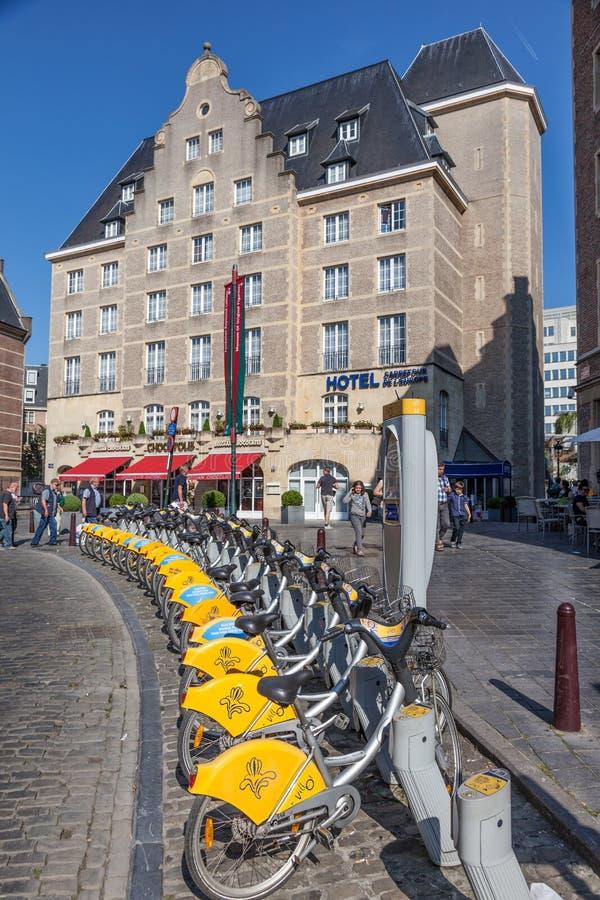 Cyklar på en Villo! station i Bryssel, Belgien royaltyfri bild