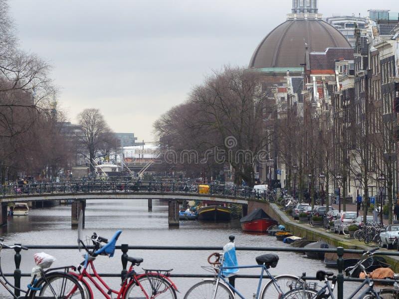 Cyklar på kanalbron, Amsterdam arkivfoto