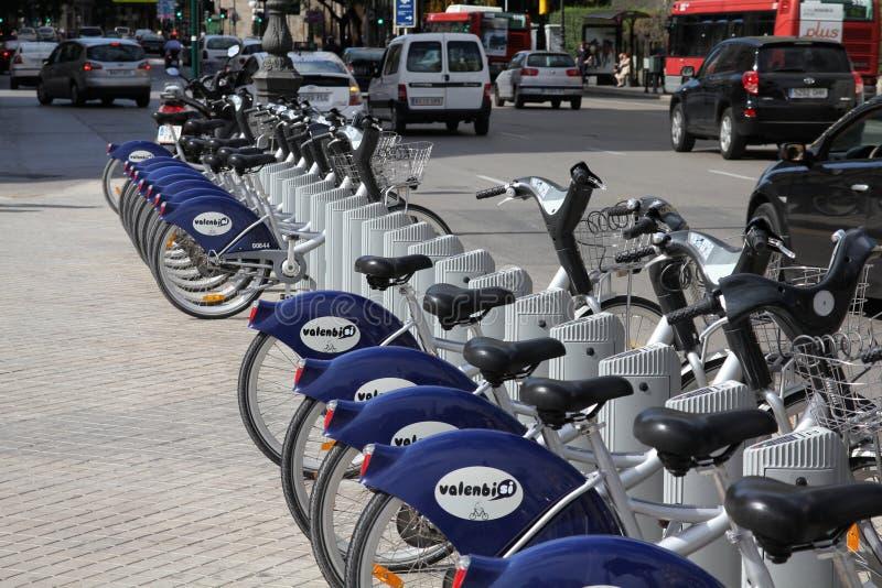 cyklar staden valencia royaltyfria bilder