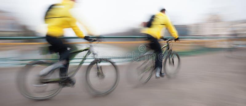 Cykliści na miasto jezdni obraz royalty free