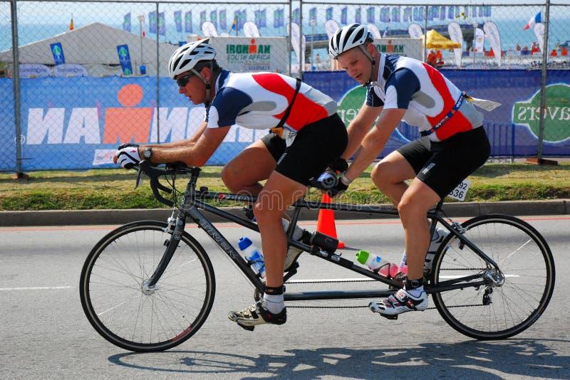 Cykliści na tandemowym rowerze