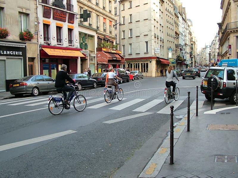 Cykliści na ulicach Paryż, Francja obrazy stock