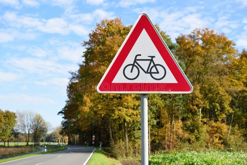 Cykliści naprzód podpisują drogę w Germany fotografia stock