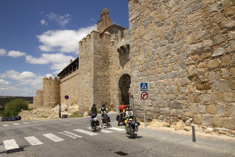 Cykliści przy miasto ścianą Avila, Hiszpania fotografia stock