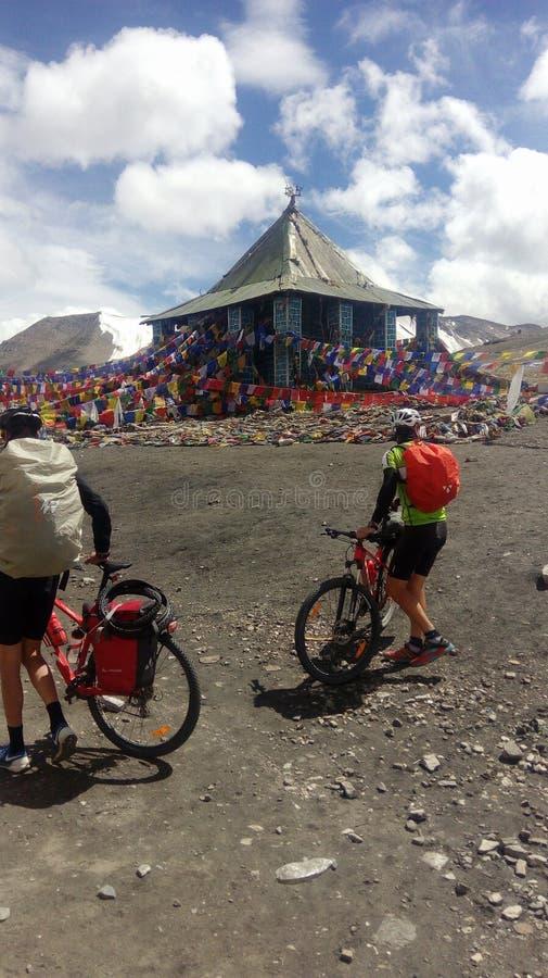 Cykliści w tle Tybetańska świątynia obraz royalty free