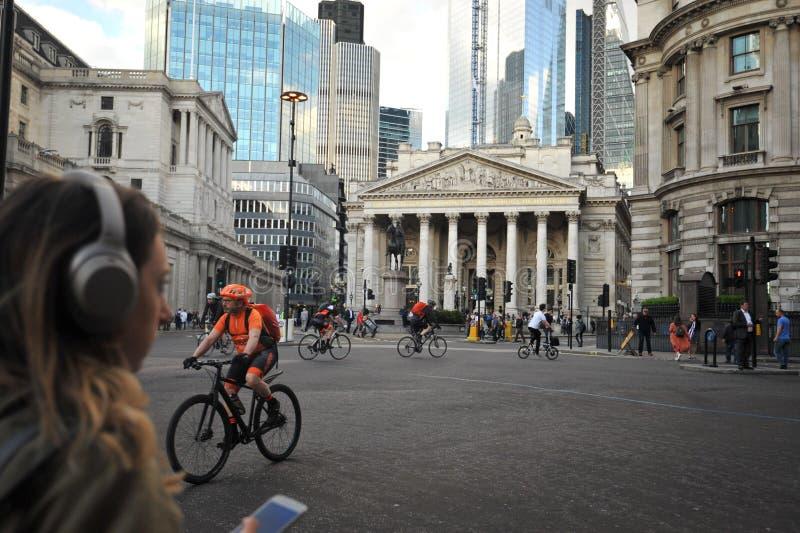 Cykli?ci i pedestrians w ruchu drogowym w Wschodnim Londyn, Anglia obrazy stock