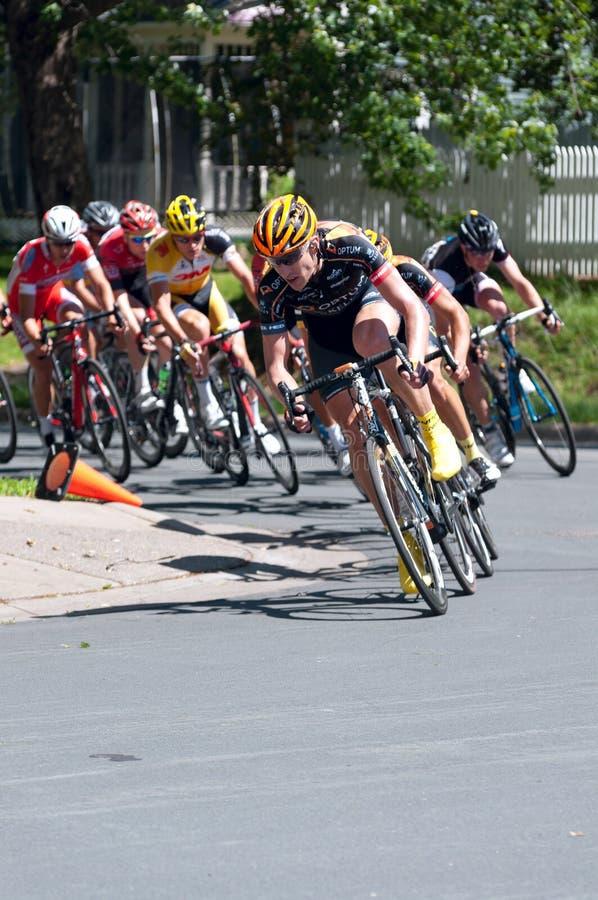 Cyklistów prowadzeń paczka Wokoło zwrota zdjęcia stock