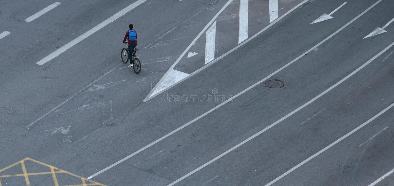 Cyklistów pustych pasów ruchu na żadny samochodu dniu w Barcelona skrzyżowanie obraz stock