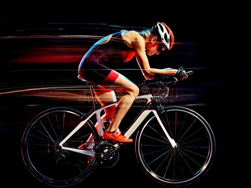 Cyklist för kvinnatriathlontriathlete som cyklar isolerad svart bakgrund arkivfoto