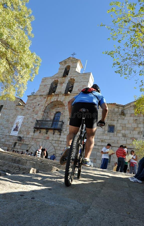Cyklist i fristaden av Virgenen de la Cabeza, Andújar, Spanien royaltyfri fotografi