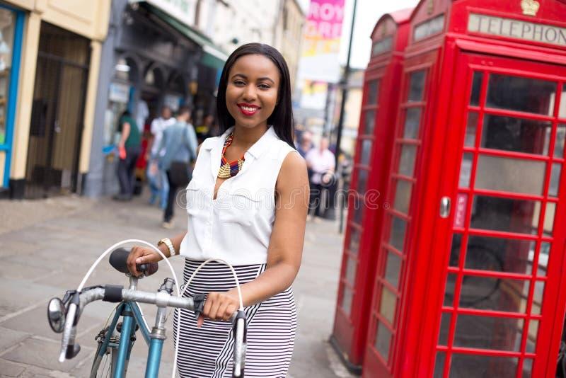 Cyklist i London royaltyfri fotografi