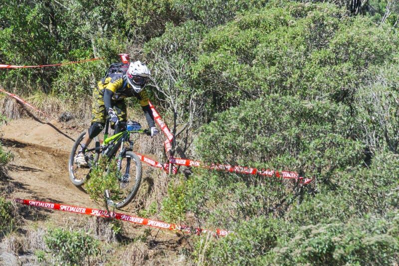 Cyklist i mountainbikekonkurrensen arkivbilder