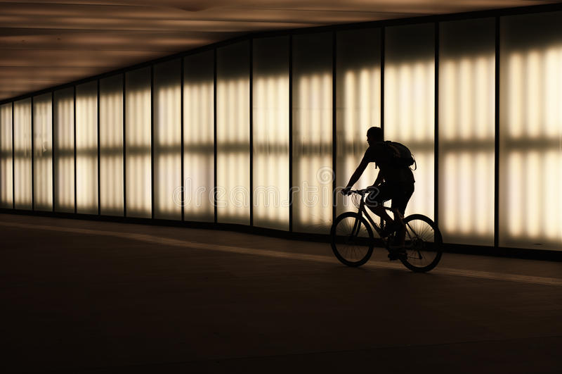 Cyklist i natten arkivfoton