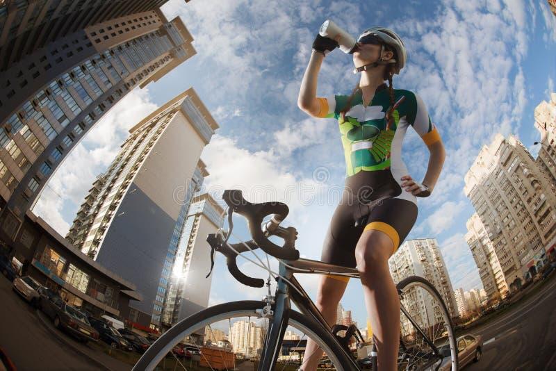 Cyklist i staden fotografering för bildbyråer