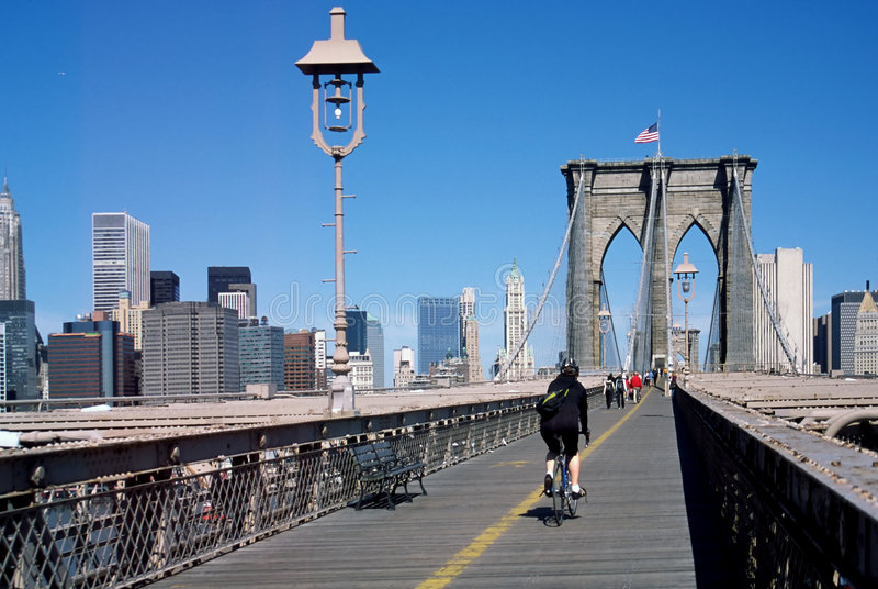 cyklist New York för brobrookynstad arkivfoton