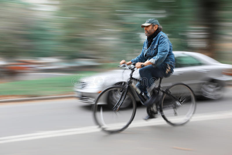 Cyklist och en bil på gatorna av New York royaltyfria foton