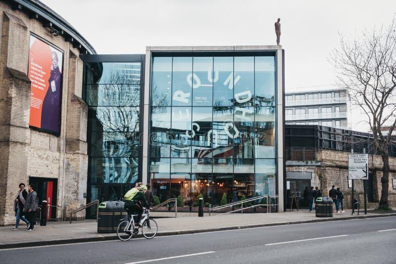 Cyklist och folk framme av Roundhousekonsertmötesplatsen i kritalantgården, London, UK fotografering för bildbyråer
