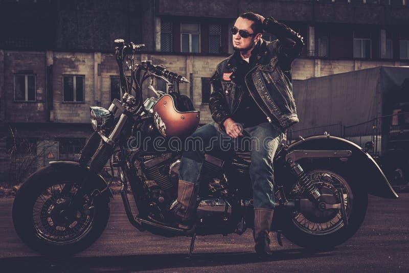Cyklist och hans bobberstilmotorcykel arkivbilder