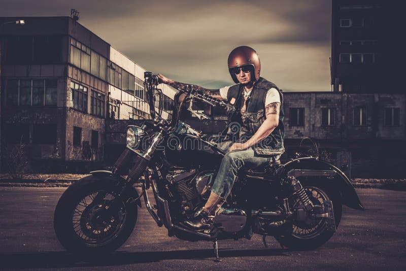 Cyklist och hans bobberstilmotorcykel royaltyfria bilder