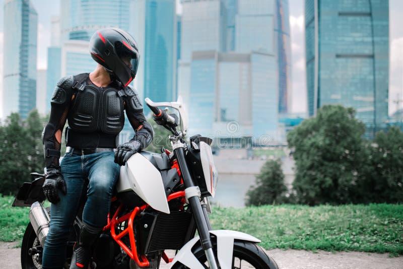 Cyklist och motorcykel nära den stads- i stadens centrum staden royaltyfria bilder