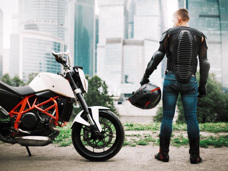 Cyklist och motorcykel nära den stads- i stadens centrum staden arkivfoto