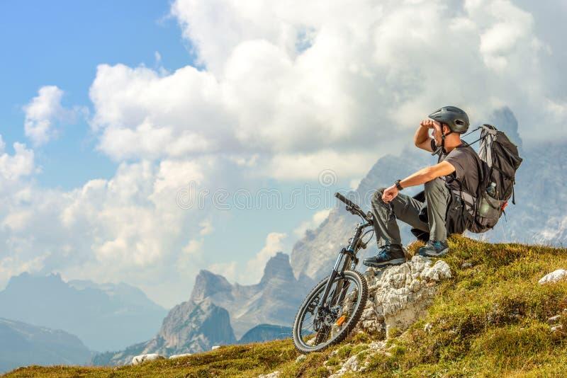 Cyklist på bergslingan royaltyfria bilder