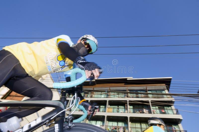 Cyklist på cykeln för farsa royaltyfri bild