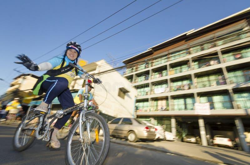 Cyklist på cykeln för farsa royaltyfri foto