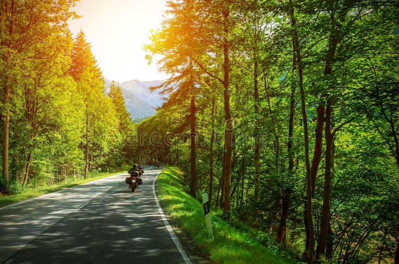 Cyklist på den bergiga vägen fotografering för bildbyråer