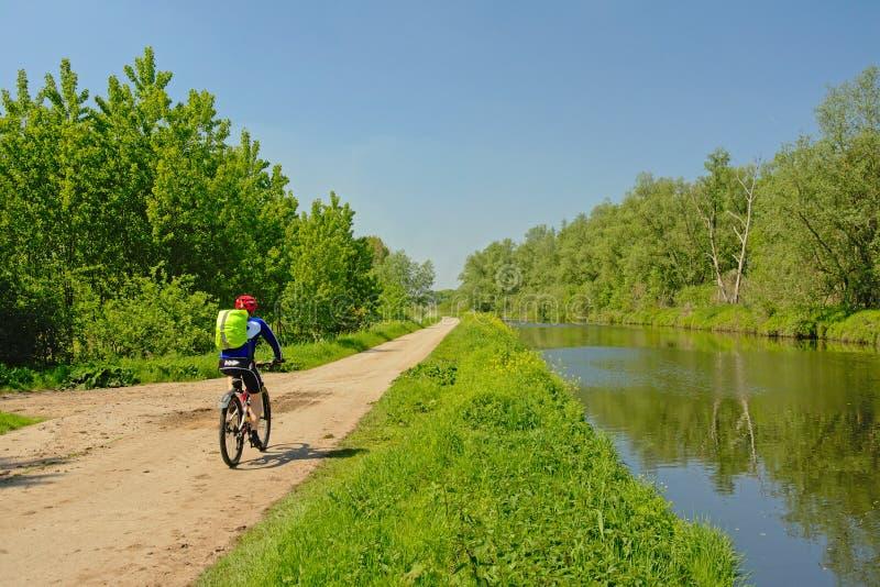 Cyklist på en bana längs gränserna av den kanal`-de Moer `en, royaltyfria bilder